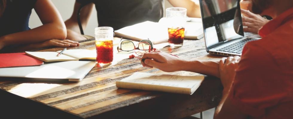 Möte med kaffe och te på bordet - Teamout erbjuder kvalificerade ledarskapsutbildningar inom UGL, utveckling av grupp och ledare